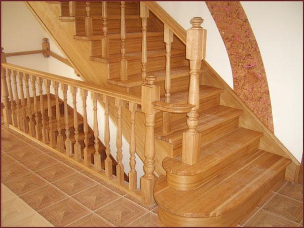 Маршевая деревянная лестница на косоурах