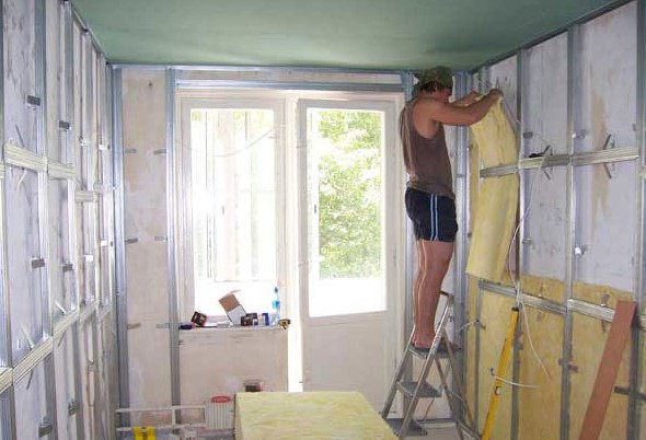 Укладка шумопоглощающего материала на стену