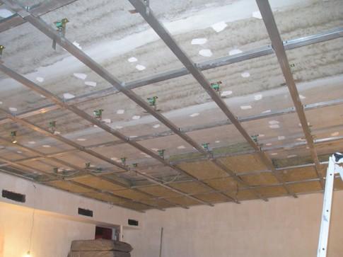 Подготовленный к укладке шумоизоляции каркас на потолке