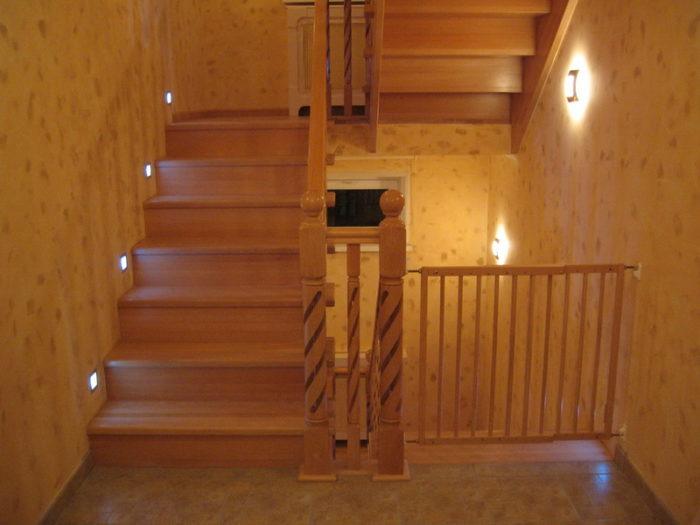 Вид лестницы в два марша с полуоборотом и площадкой.