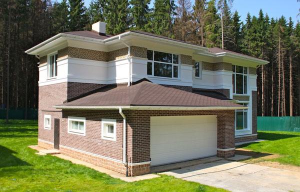 Общий вид дома с пристоенным гаражом