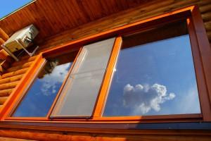 Вид современного деревянного окна снаружи