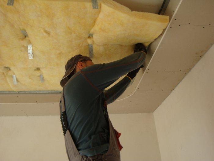 Укладка шумопоглоща.щего материала на потолок