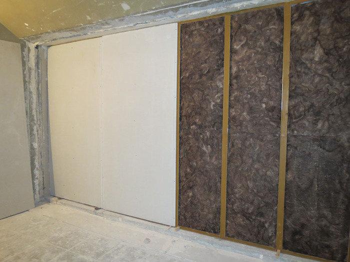 Гипсокартон и поглощающий звуки материал на стене