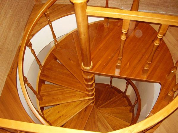 Вид классической винтовой лестницы из дерева для ограниченного пространства