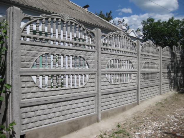 Забор из установенных друг на друга бетонных деталей