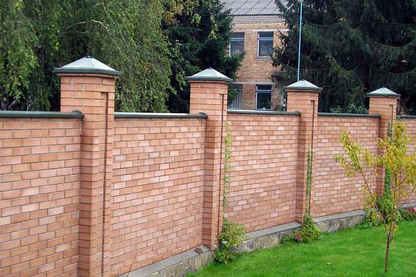 Кирпичный забор на бетонном фундаменте