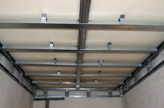 Общий вид каркаса под установку пластиковых панелей на потолок