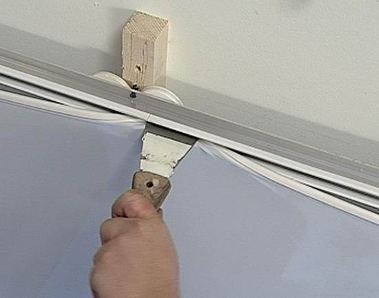 Крепление полотна натяжного потолка в профиль