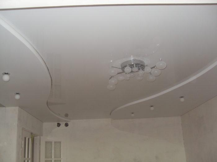 Натяжной двухуровневый потолок в кухне