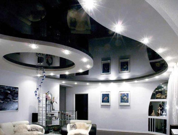 Общий вид затемненного зеркального натяжного потолка