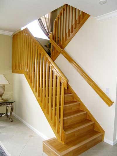 Лестница с деревянными лакированными перилами