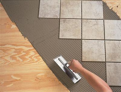 Нанесение клея для укладки напольной плитки