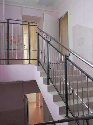 Непрерывный лестничный поручень с декоративными элементами
