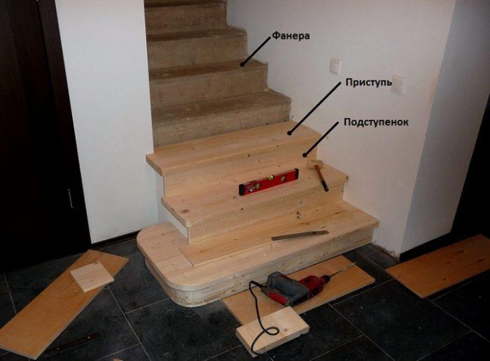 Облицовка бетонной лестницы деревянными панелями