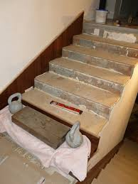 Выравнивание бетонных ступеней фанерными вставками