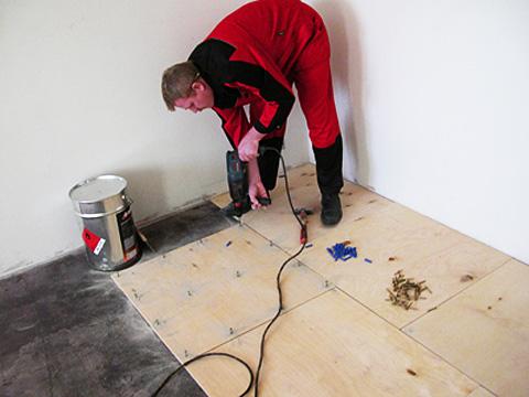 Выравнивание бетонного основания фанерой