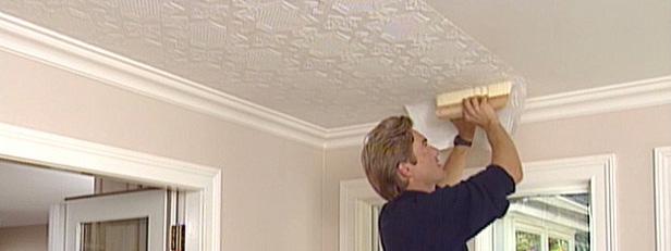 Аккуратность - как правильно коеить обои на потолок