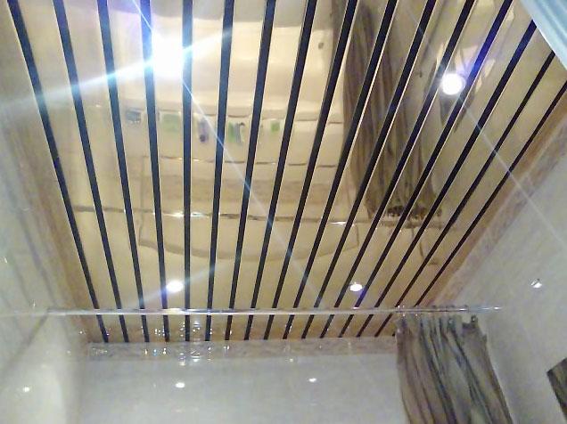 Общий вид наборного потолка ванной комнаты из панелей
