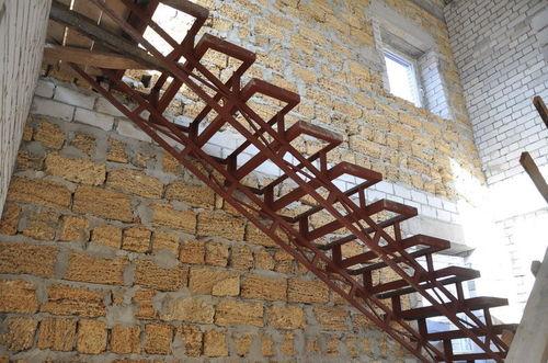 Открытый лестничный каркас с двумя косоурами