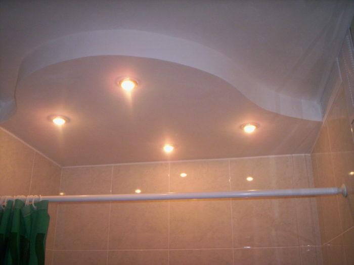 Рельефный потолок из гипсокартона для ванной комнаты