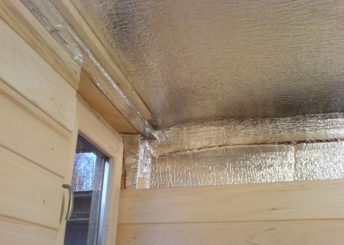 Укрепленный на потолке фольгированный материал - утеплить потолок можно и так.