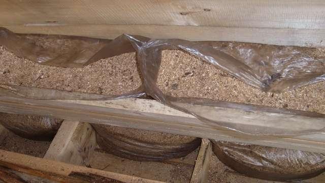 Утеплить потолок опилками можно и таким способом