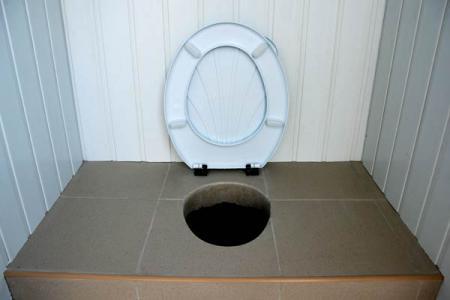 стульчак в дачном туалете