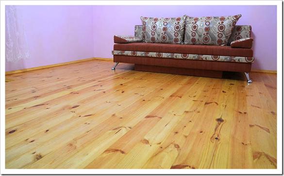 Помещение с деревянным полом, покрытым лаком