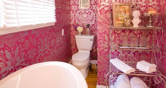 ванная комната, декорированная виниловыми обоями
