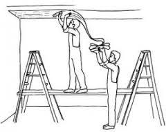 наклеивание флизелиновых обоев на потолок