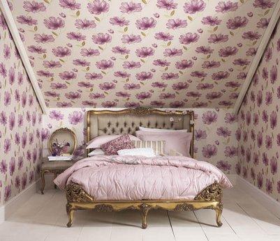 светлые обои с цветочным орнаментом для маленькой спальни