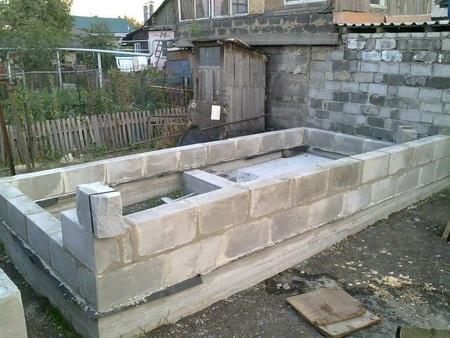 возведение стен бани из шлакоблока